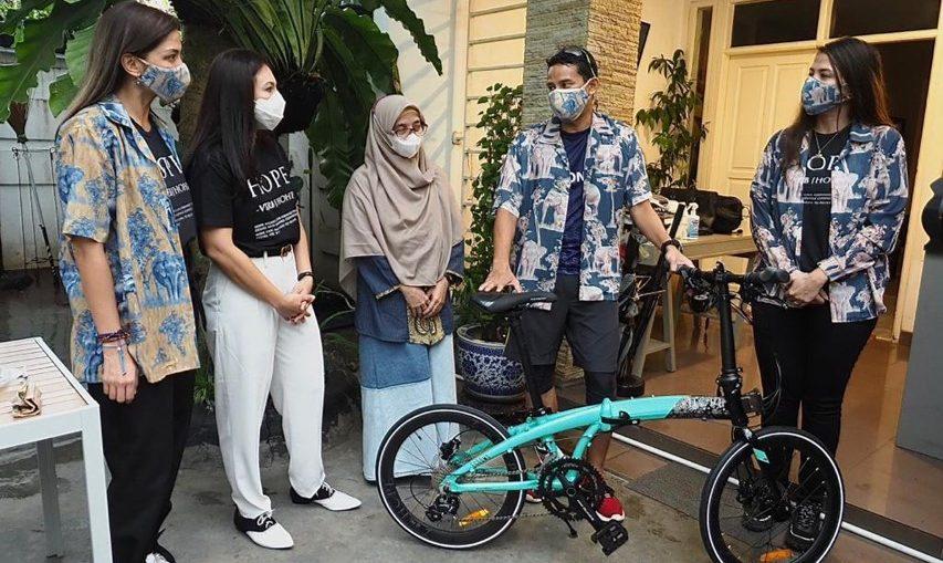 Menparekraf Sandiaga Uno Menerima Sepeda Gerakan Bike for Hope dari Wulan Guritno