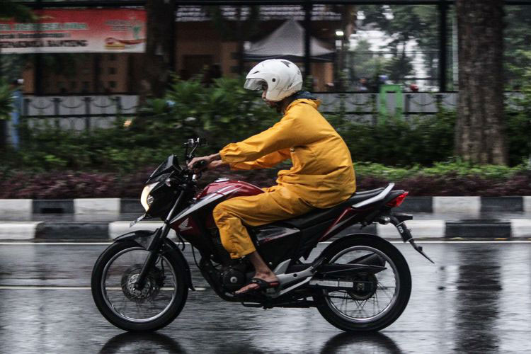 5 Kesalahan Pengendara Motor di Musim Hujan